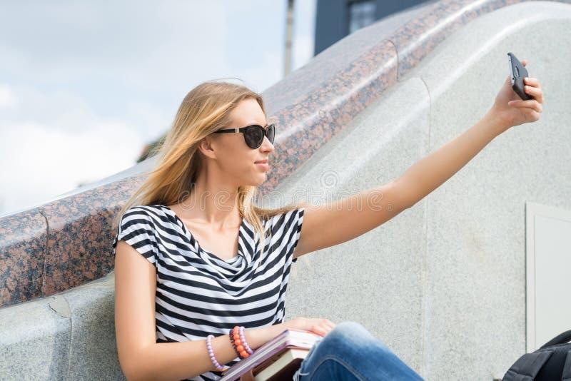 Девушка делая selfie стоковые изображения rf