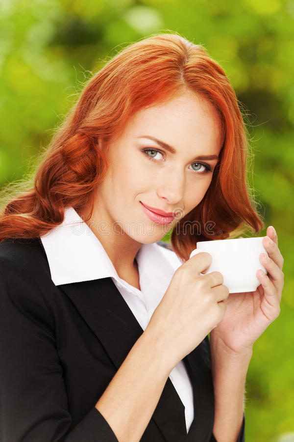 Девушка дела Redhead с чашкой чаю стоковые фото