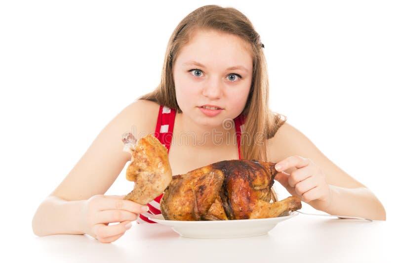 Девушка жадно поглощая часть цыпленка стоковые изображения rf