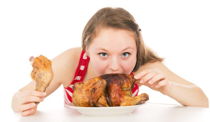 Девушка жадно поглощая часть цыпленка стоковая фотография rf