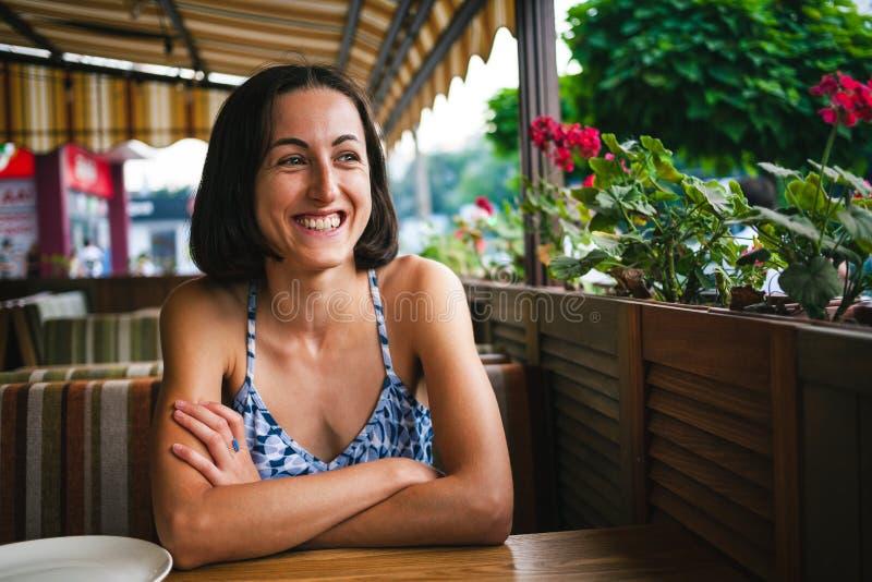 Девушка ждет ее заказ в кафе стоковые изображения