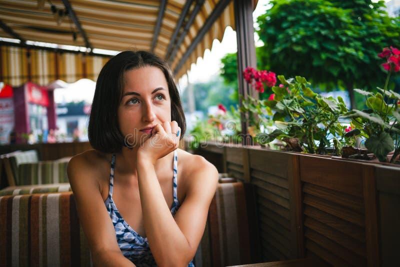 Девушка ждет ее заказ в кафе стоковая фотография rf
