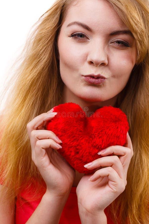 Девушка женщины белокурая держа красный символ влюбленности сердца стоковое изображение rf