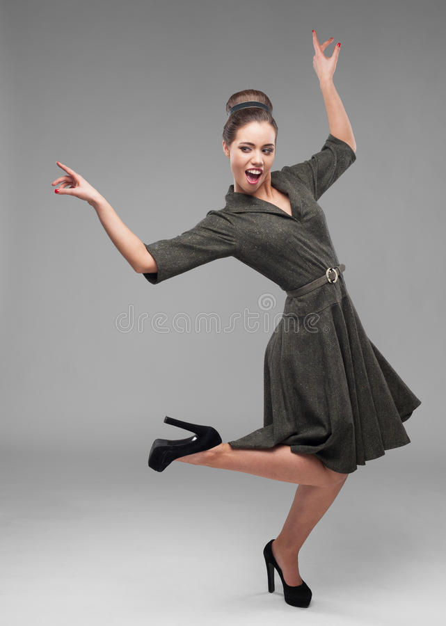 Download Девушка жизнерадостных танцев ретро Стоковое Фото - изображение насчитывающей жизнерадостно, камера: 41652368