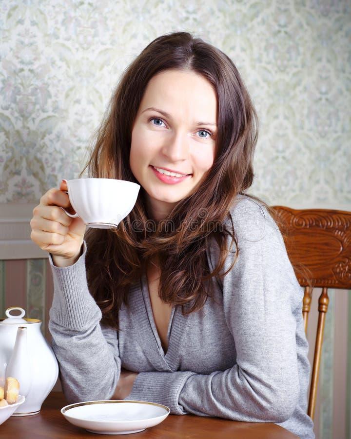 девушка завтрака имеет усмехаться стоковая фотография
