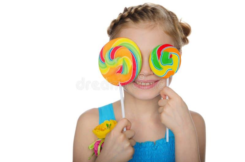 Девушка закрыла ее леденец на палочке глаз стоковое изображение rf