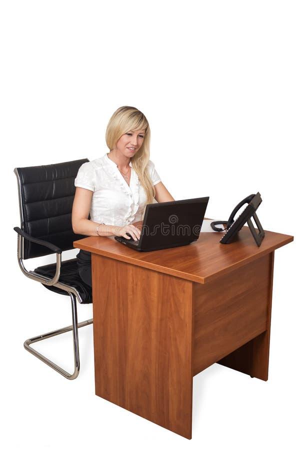 Download Девушка за столом с компьтер-книжкой Стоковое Изображение - изображение насчитывающей adulteration, молодо: 33730087