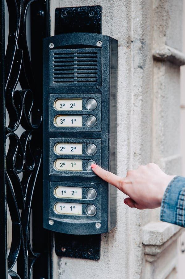 Девушка звенит дверной звонок стоковые фотографии rf