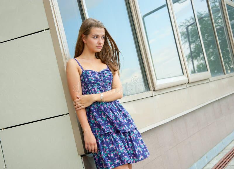 девушка здания снаружи стоковая фотография