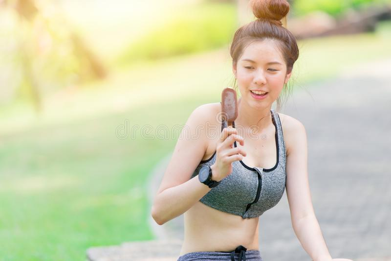 Девушка здорового спорта тонкая предназначенная для подростков ослабляет ел мороженое шоколада стоковое изображение rf