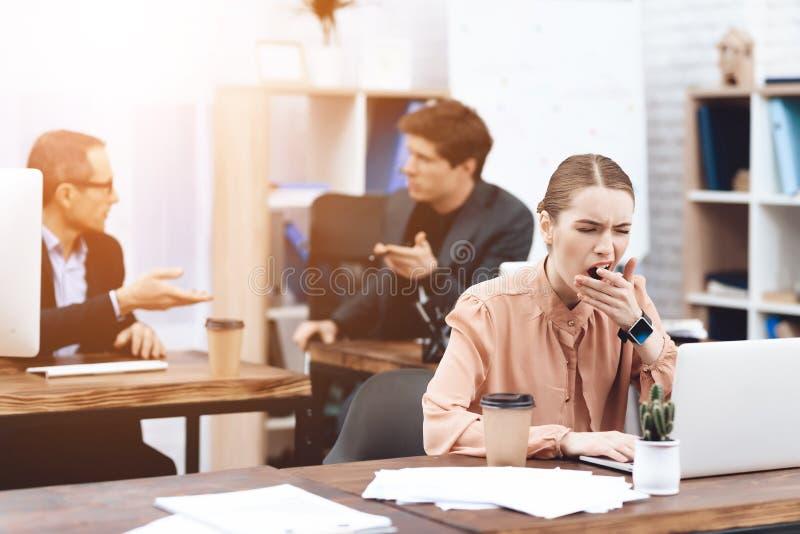 Девушка зевает на компьютере стоковые изображения