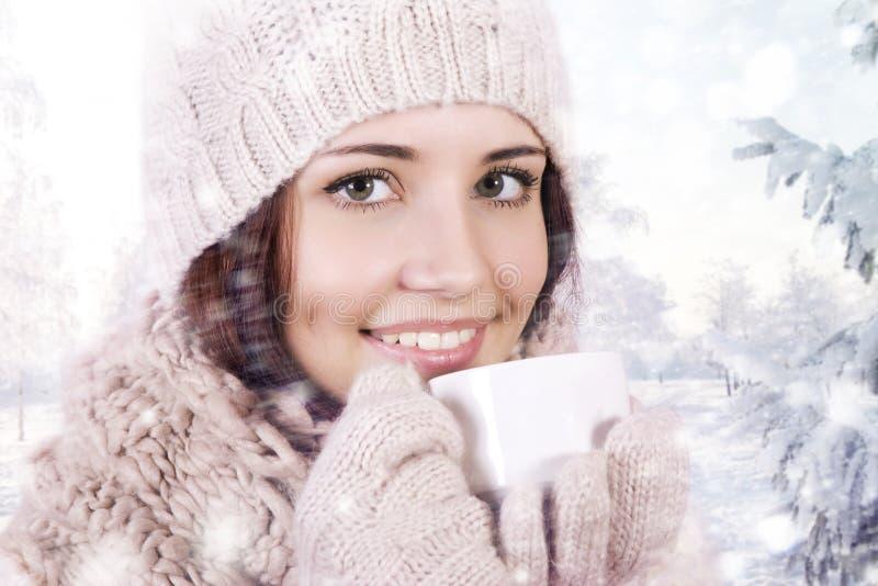 Девушка зимы выпивая теплый напиток. стоковое фото