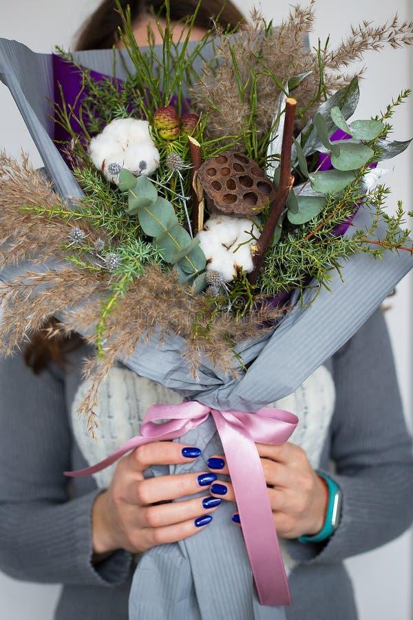 Девушка зимы держа букет хлопка стоковые изображения