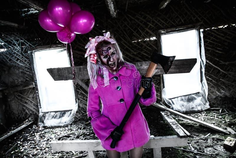 Девушка зомби с пуком розовых воздушных шаров стоковые фото