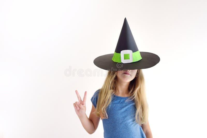 Девушка играет в добившийся успеха своими силами маске ведьмы на хеллоуин стоковая фотография rf