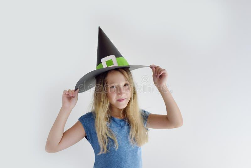 Девушка играет в добившийся успеха своими силами маске ведьмы на хеллоуин стоковое изображение