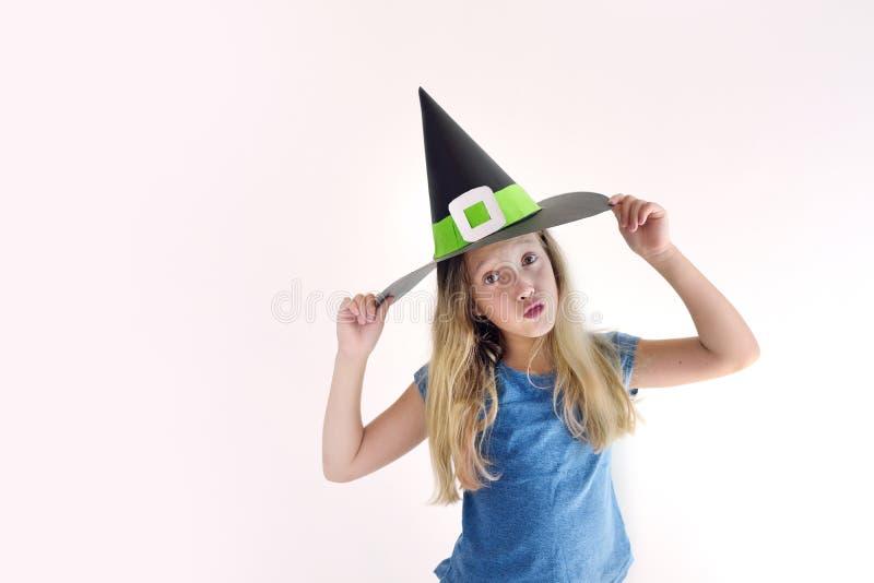 Девушка играет в добившийся успеха своими силами маске ведьмы на хеллоуин стоковые фотографии rf