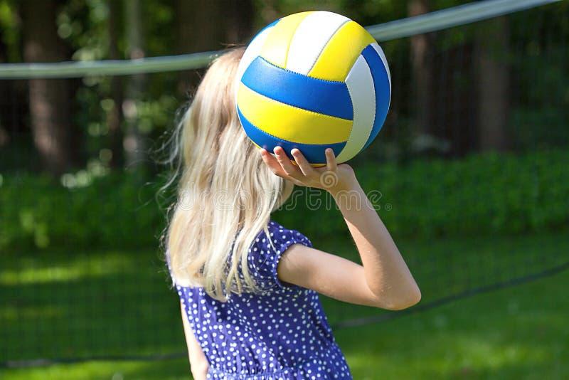 Девушка играя волейбол стоковые фотографии rf
