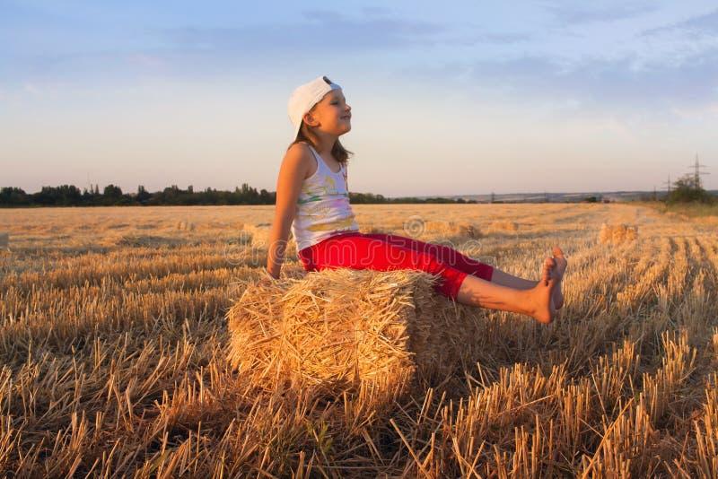 Девушка играя в солнце Любить свободную стоковое фото rf