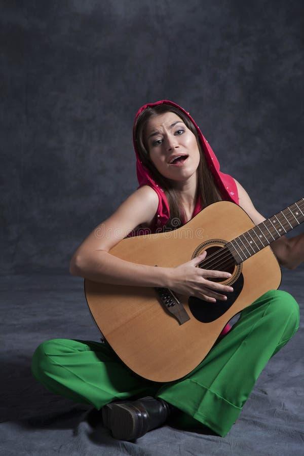 Девушка играя гитару стоковая фотография rf