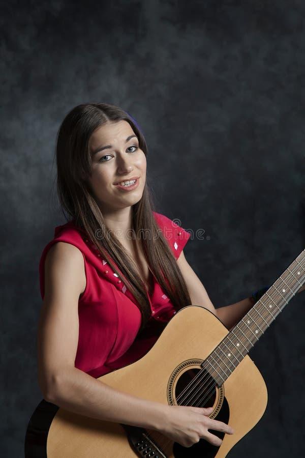 Девушка играя гитару стоковые изображения