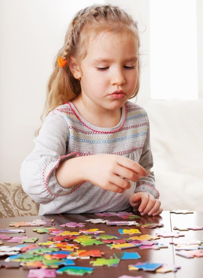 девушка играя головоломку стоковое фото rf