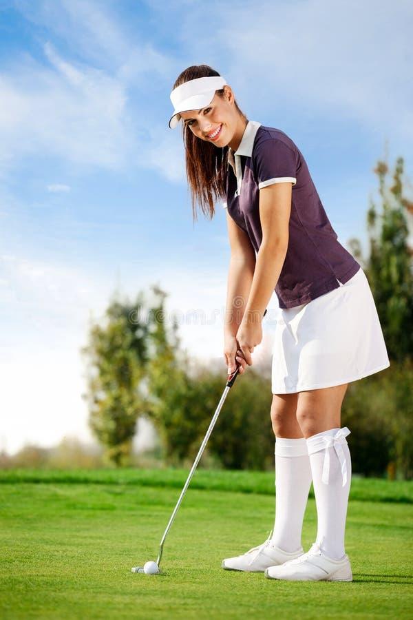 Девушка играя гольф стоковая фотография