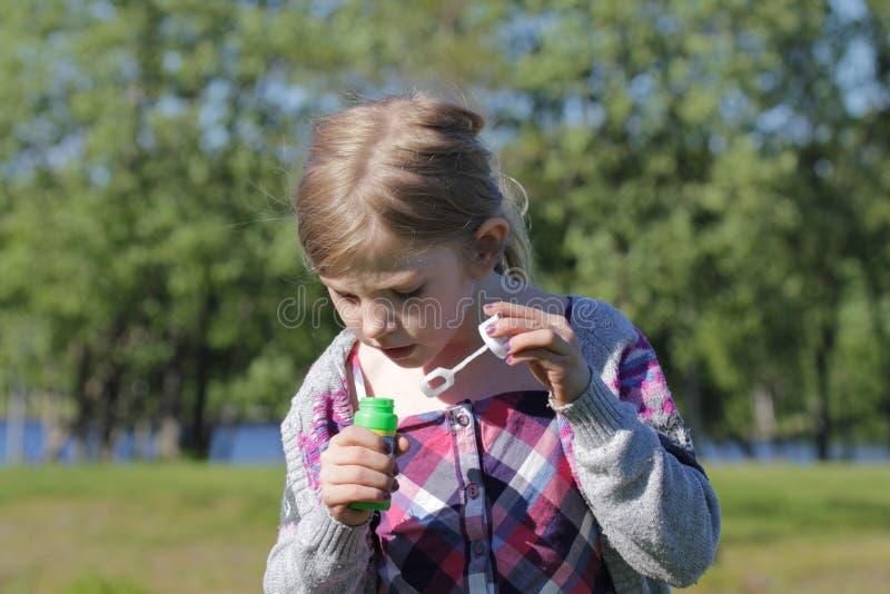 девушка играя детенышей стоковое фото rf