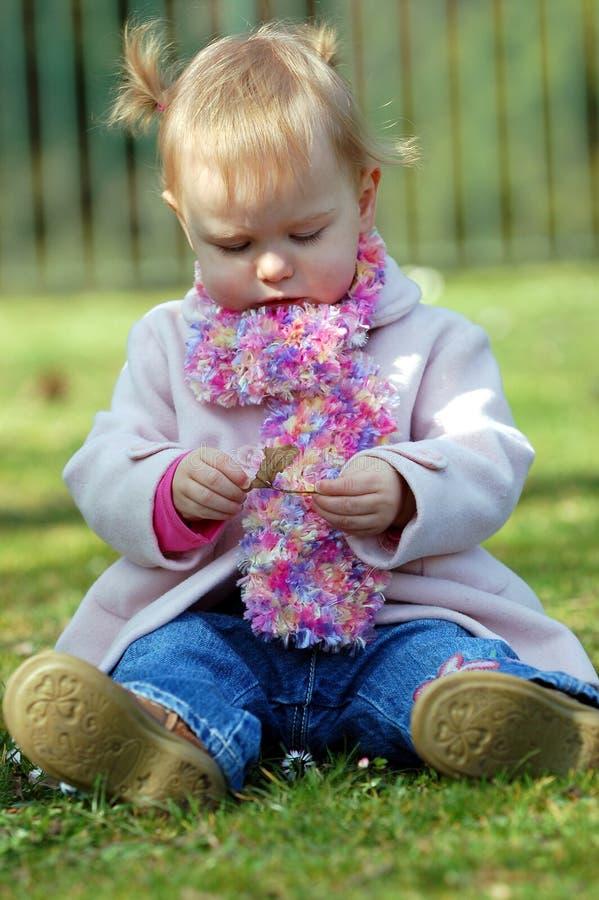 девушка играя детенышей стоковые фото