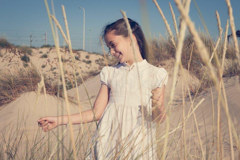 Девушка играя и смеясь над среди пшеницы стоковые фотографии rf