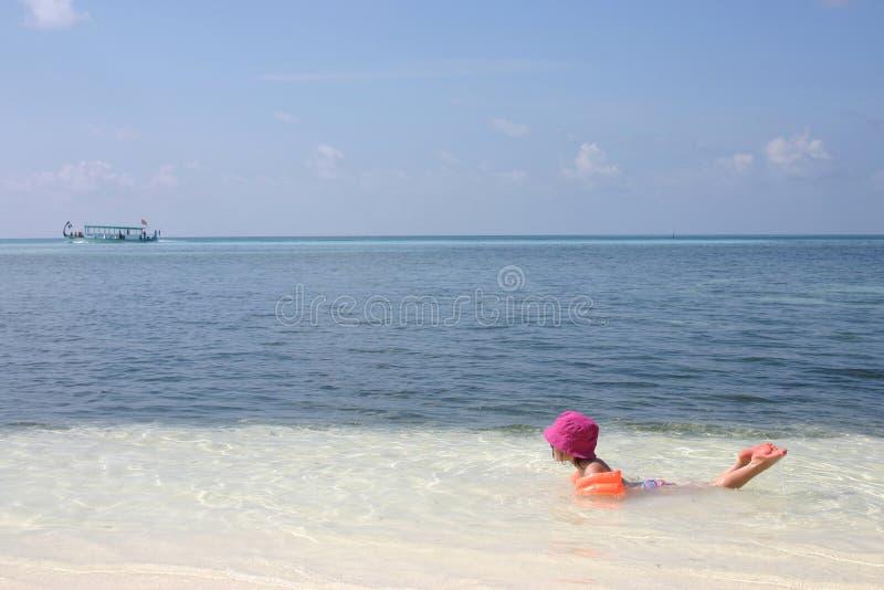 девушка играя море стоковое изображение rf