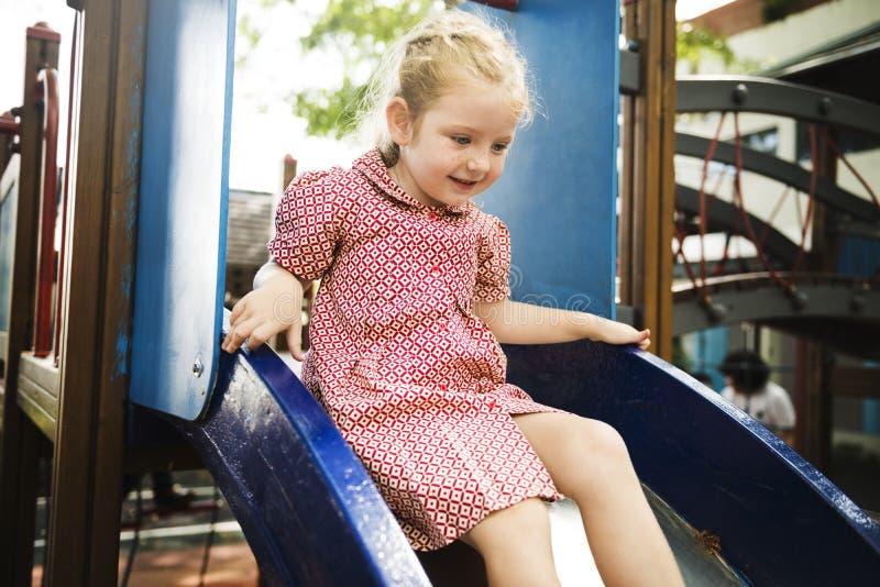Девушка играя на спортивной площадке школы стоковое изображение rf