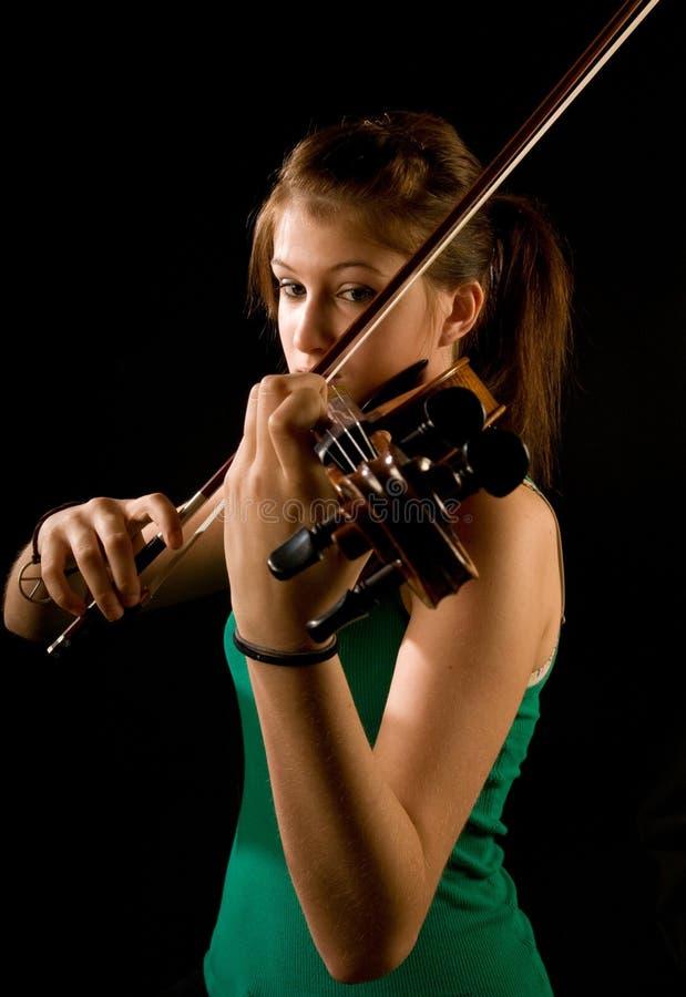девушка играя скрипку стоковая фотография