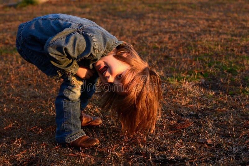 Девушка играя снаружи стоковое изображение rf