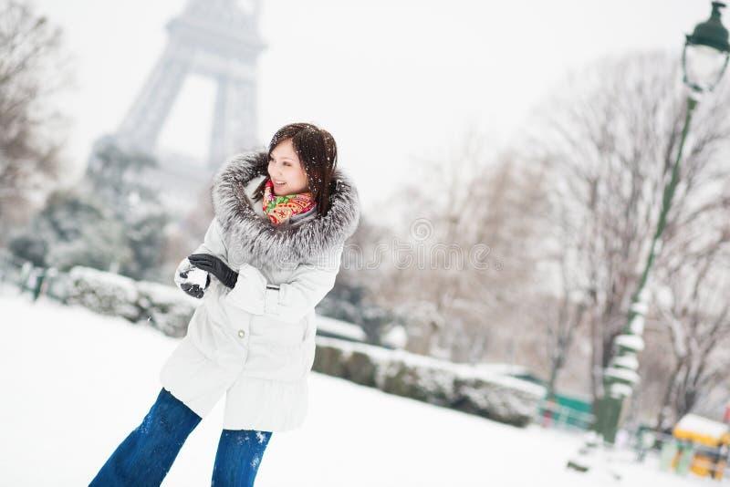 Девушка играя снежный ком в Париже на зимний день стоковые изображения rf