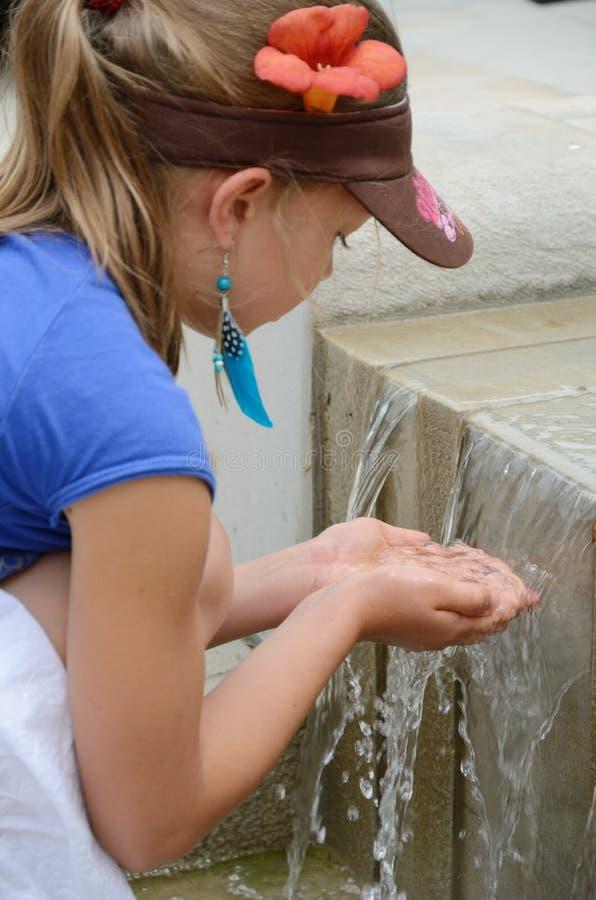 Девушка играя с водой стоковая фотография