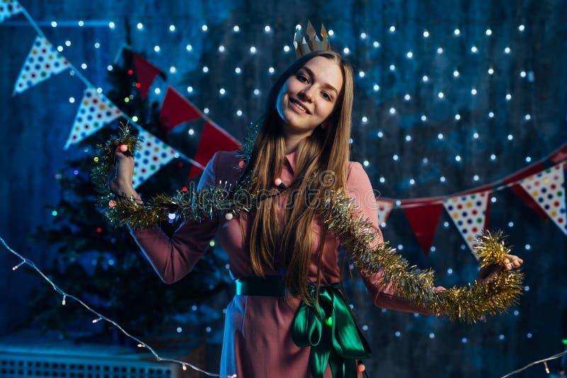 Девушка играя с Новым Годом рождества сусали стоковая фотография rf