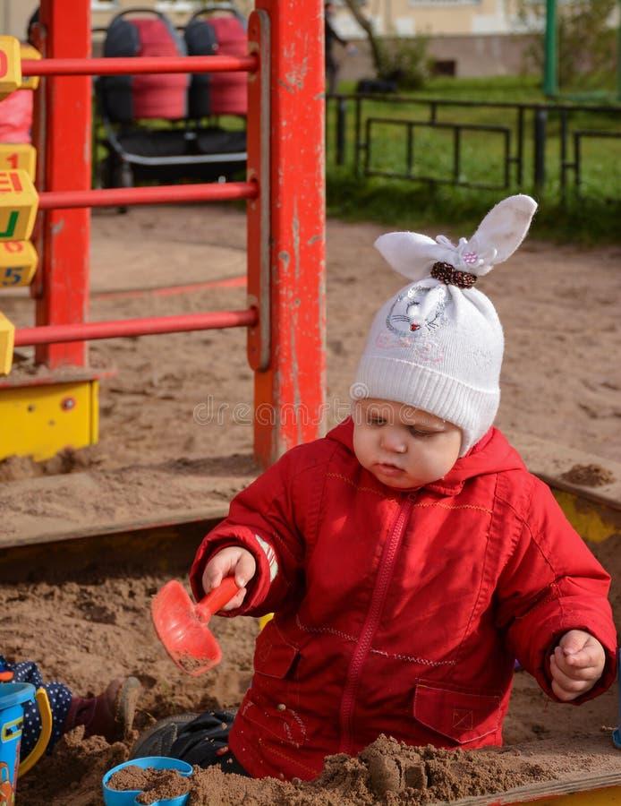 Девушка играя с песком стоковые изображения