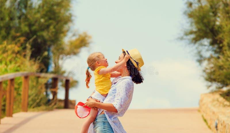 Девушка играя с ребенк outdoors на теплый солнечный день стоковые изображения