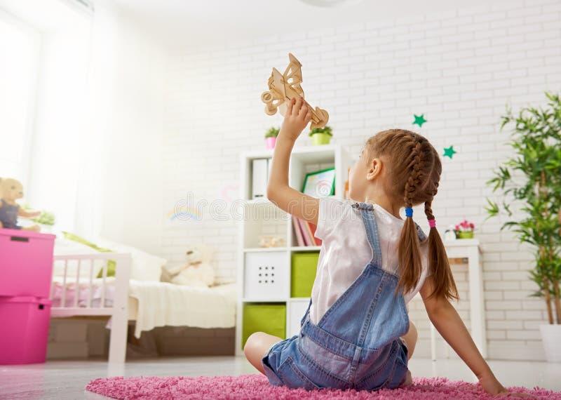 Девушка играя с самолетом игрушки стоковые изображения rf