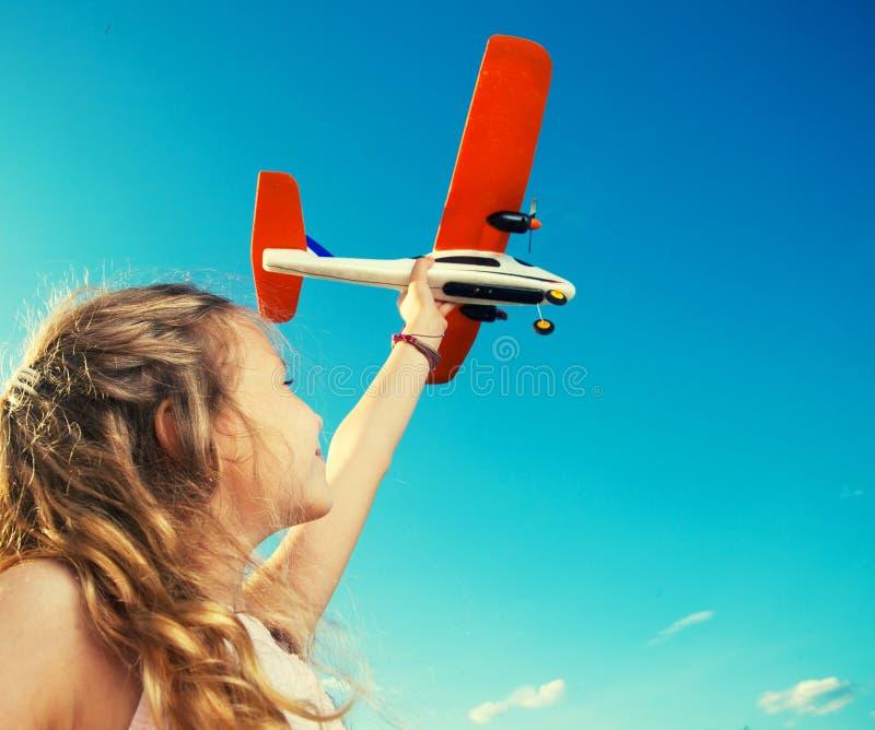 Девушка играя с самолетом стоковая фотография rf