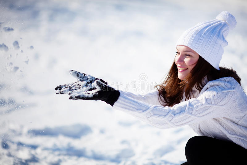 Девушка играя с снежком стоковое изображение
