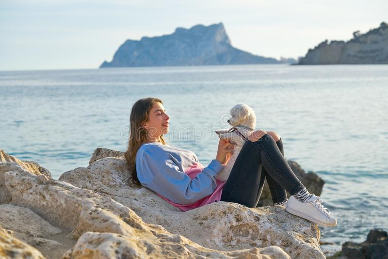 Девушка играя с собакой maltichon в пляже стоковые изображения rf