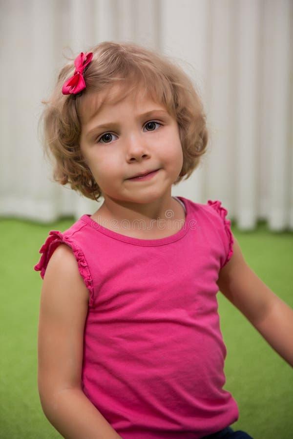 Девушка играя с счетами цвета стоковое фото