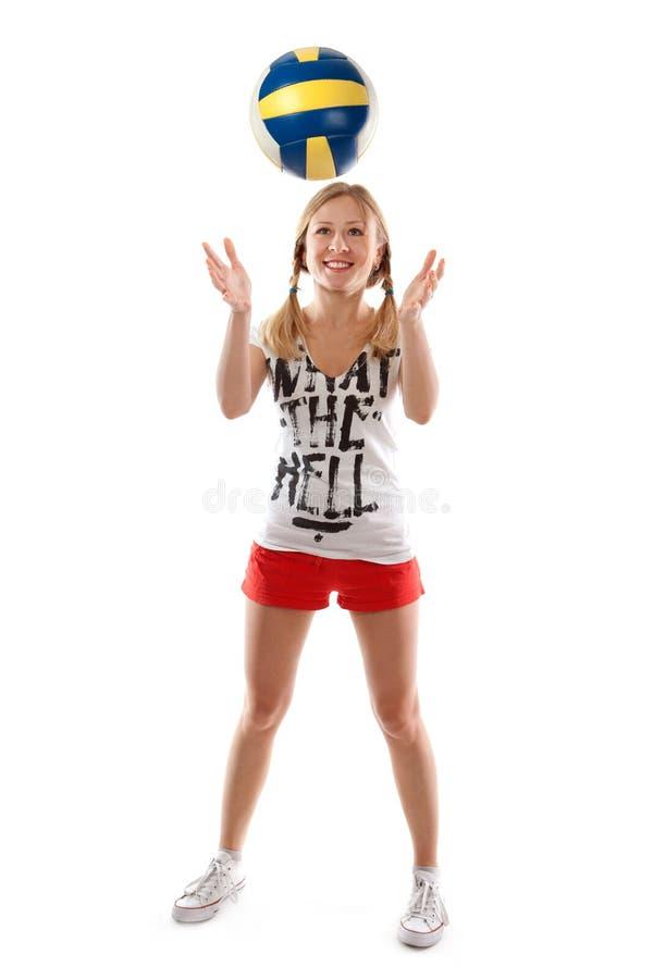 Девушка играя с шариком волейбола стоковые фото