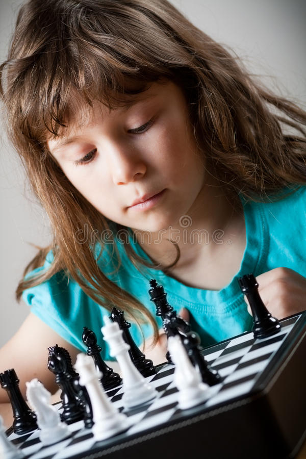 Девушка играя шахмат стоковое фото rf