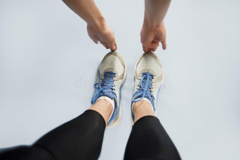 Девушка идет внутри для спорт пока делающ тренировки на изолированной предпосылке лента измерения здоровья принципиальной схемы я стоковое изображение rf