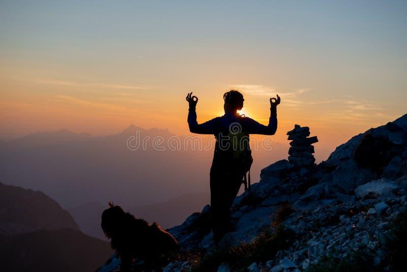 Девушка идя к горам стоковая фотография rf
