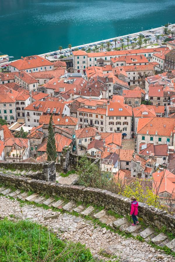 Девушка идя на каменистые шаги к крепости Kotor стоковое изображение rf