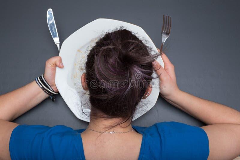 Девушка лижет плиту стоковые фото